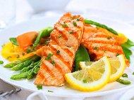 Печена риба сьомга със зелен фасул и портокалов сос на скара или грил тиган
